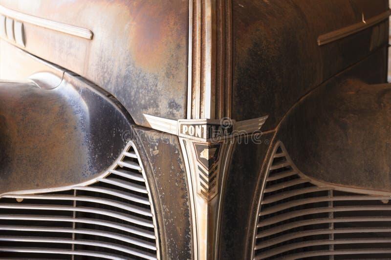 Заржаветый гриль старого Pontiac стоковые фото