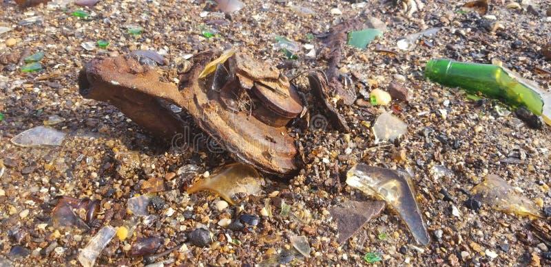 Заржаветый металл в песке стоковое изображение rf