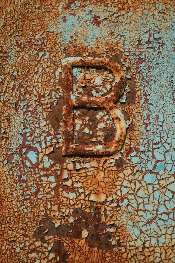 Заржаветый металл с отказами, слезающ краску и письмо b стоковая фотография rf