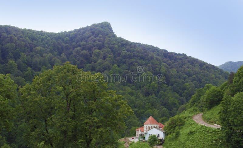 Заросшая лесом долина ряда Ijevan Вокруг монастыря Haghartsin Армении стоковая фотография rf