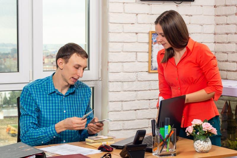 Зарплата получает внутри офис наличными стоковое фото rf