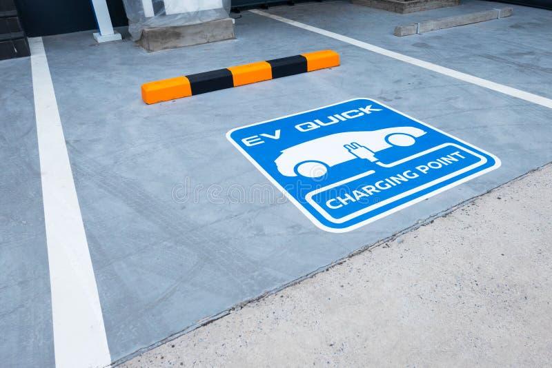 Зарядная станция для электротранспорта на открытом воздухе автостоянка голубой пункт знака EV быстрый поручая стоковое изображение