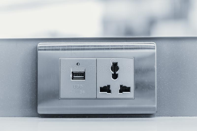 Заряжатель USB с гнездом штепсельной вилки стены AC DC стоковая фотография