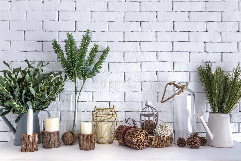 Засадите бак, ветвь, цветки, свет горящей свечи и стекло deco бутылки стоковые фото