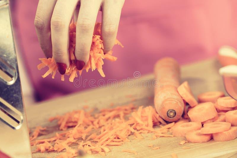 Заскрежетанная оранжевая морковь для салата стоковая фотография rf