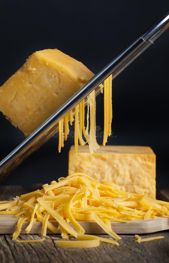 заскрежетанный сыр чеддера стоковые фото
