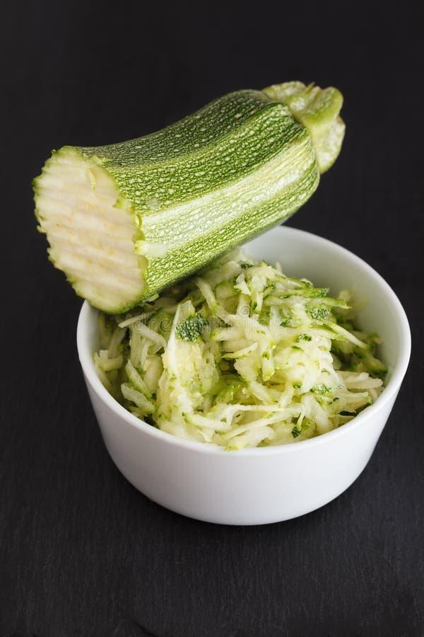 Заскрежетанный zucchini стоковые фото