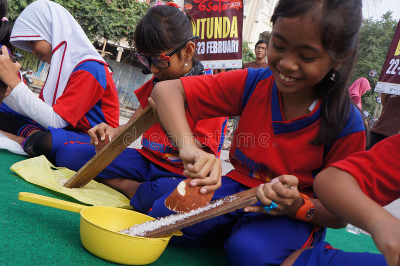 Download Заскрежещите кокос редакционное фотография. изображение насчитывающей индонесия - 37931982