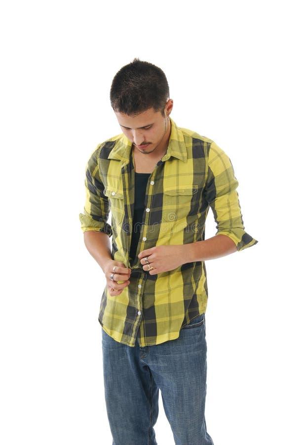 застегивать его рубашку человека стоковое изображение rf