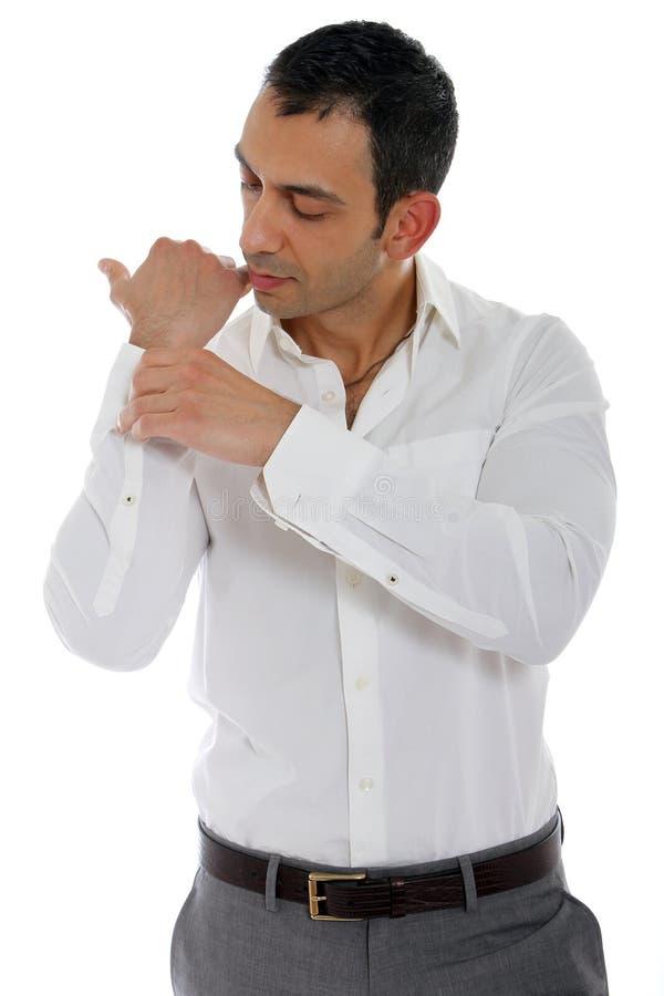 застегивать его рубашку человека стоковые изображения rf