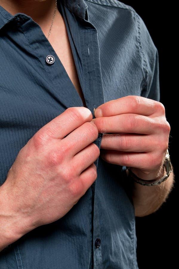 Застегивать его рубашку стоковая фотография rf