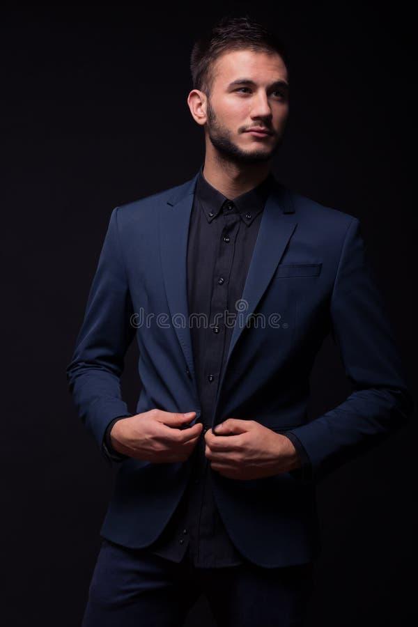 Застегивать куртку, молодой элегантный человек стоковое изображение rf