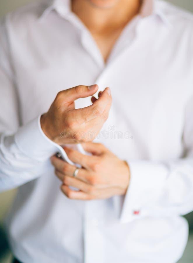 Застегивать тумаки Groom носит запонки для манжет Вставки бизнесмена стоковая фотография rf