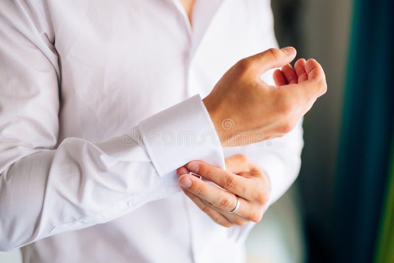 Застегивать тумаки Groom носит запонки для манжет Вставки бизнесмена стоковые фотографии rf