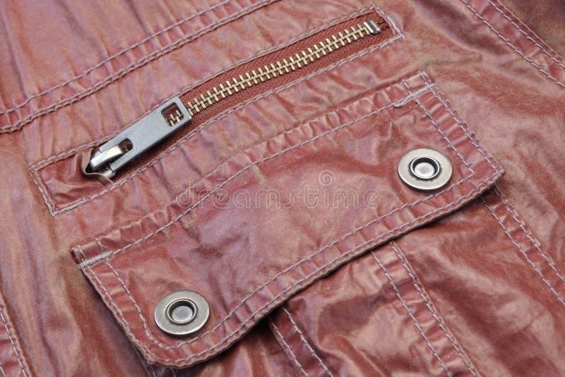Застегнутый на молнию красный кожаный карманный конец-вверх стоковое изображение rf