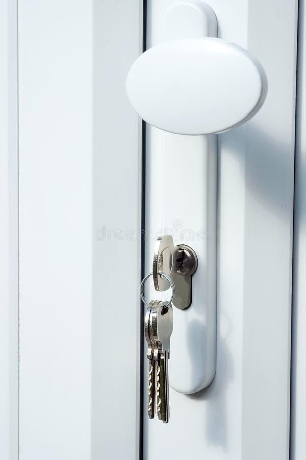 застекленный двойник двери пользуется ключом upvc замка стоковые изображения rf