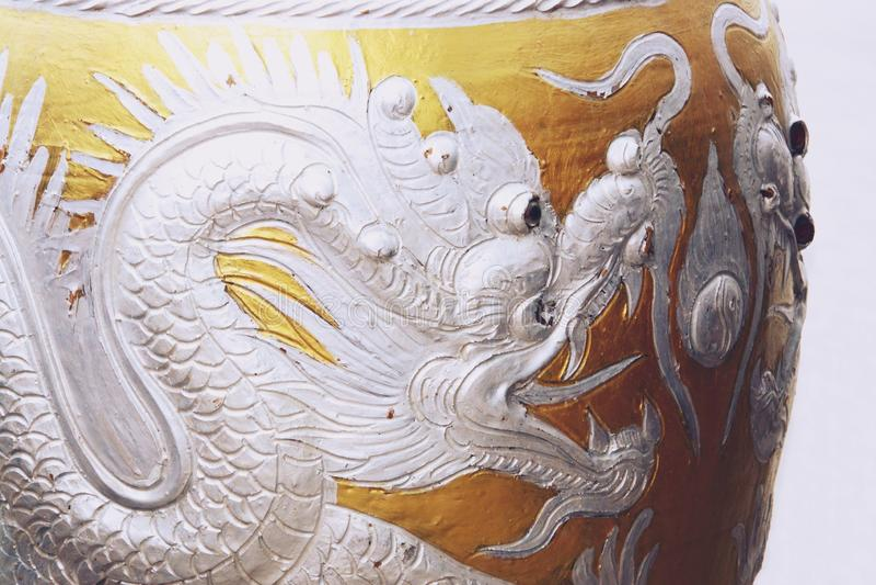 Застекленный опарник воды с серебряной картиной дракона стоковые изображения