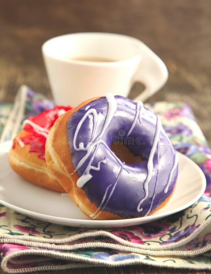 Download Застекленные donuts стоковое изображение. изображение насчитывающей застеклено - 33727461