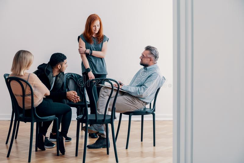 Застенчивая девушка говоря к psychotherapist о проблеме во время gro стоковая фотография