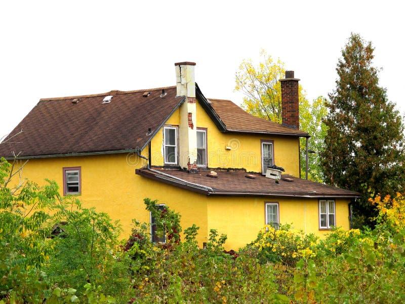 Засуженная и покинутая желтая дом города. стоковое изображение rf