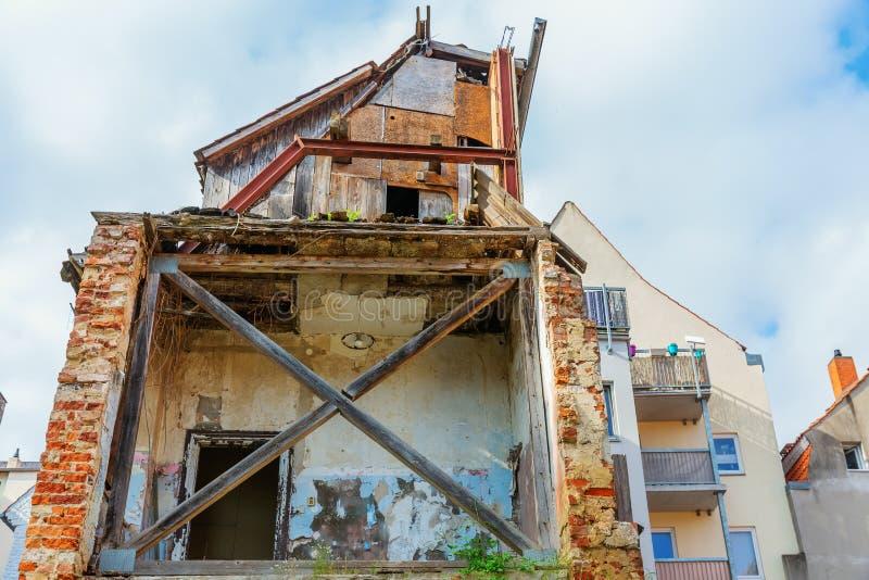 Засуженный дом в городе стоковая фотография rf