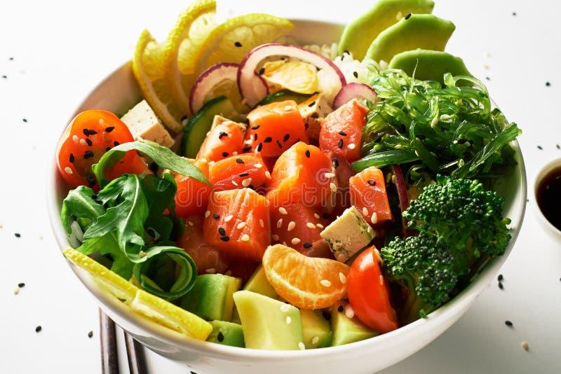 засуньте шар с семгами, авокадоом, огурцом, arugula, брокколи, рисом, морковью и сладкими луками с салатом chuka, палочками стоковое изображение rf
