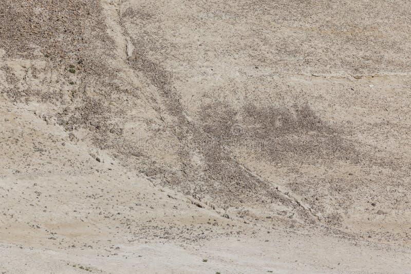 Засушливый положенный на полку наклон с камнями стоковое изображение rf