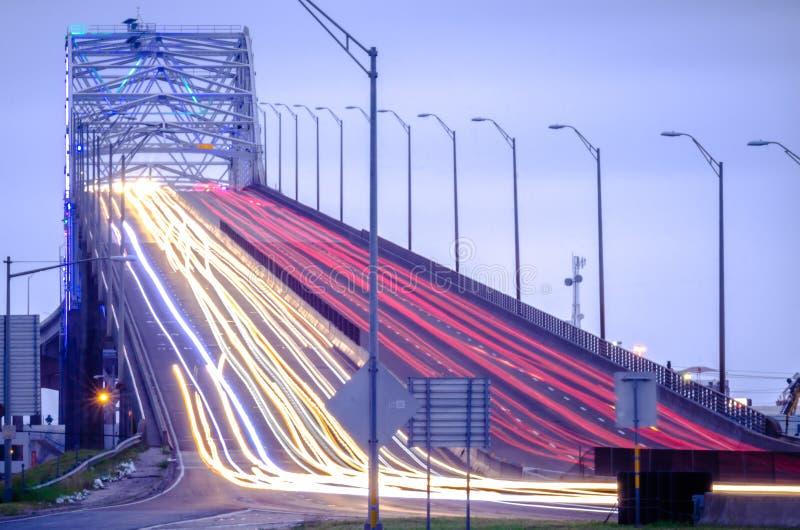 Затаите мост в Корпус Кристи Техасе с движением вечера стоковые изображения