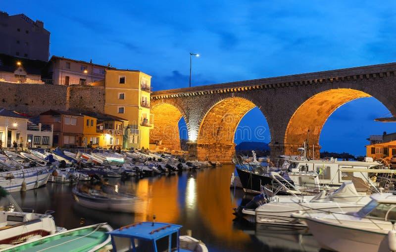 Затаите на des Auffes Vallon с известным старым мостом в марселе на ноче, Франции стоковая фотография rf