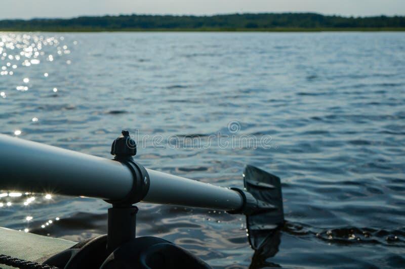 Затвор против ландшафта реки утра, гребя весло, Shal стоковые изображения rf