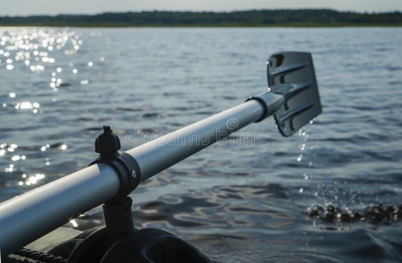 Затвор против ландшафта реки утра, гребя весло, Shal стоковая фотография