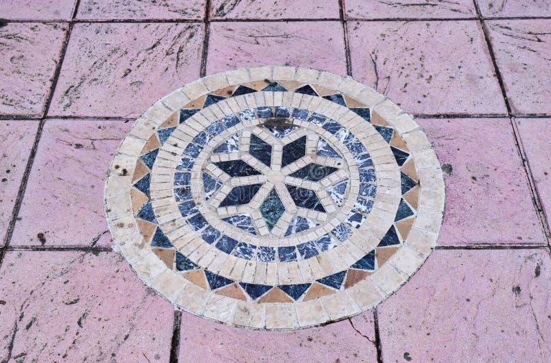 Затейливая греческая мозаика стиля на крыть черепицей черепицей дворе, Греции стоковая фотография rf