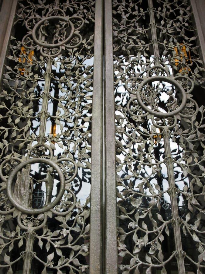 Затейливая национальная входная дверь собора стоковые фотографии rf