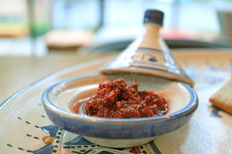 Затир или соус Chili Harissa марокканца крупного плана, который служат со смачным марокканцем крепируют стоковая фотография