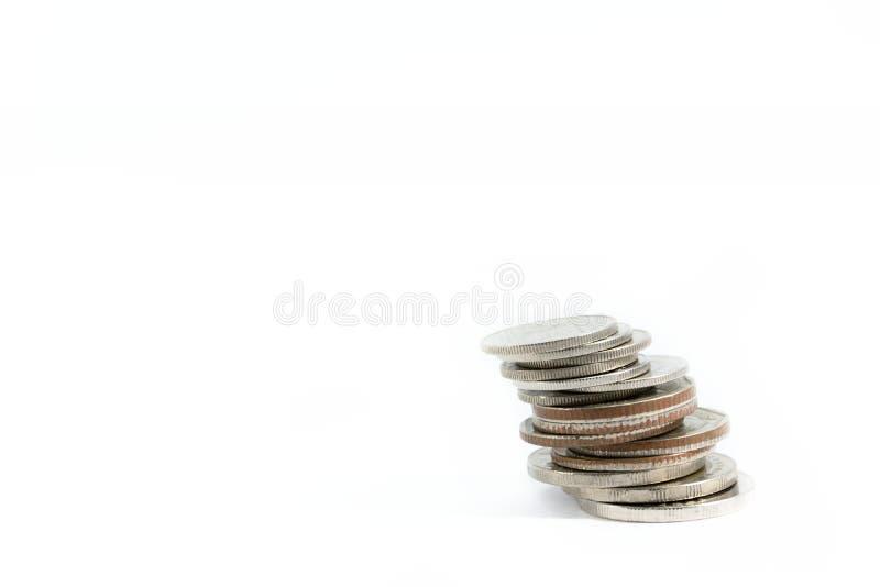 Затир серебряных монет в линии как дисциплина на белой предпосылке стоковая фотография rf