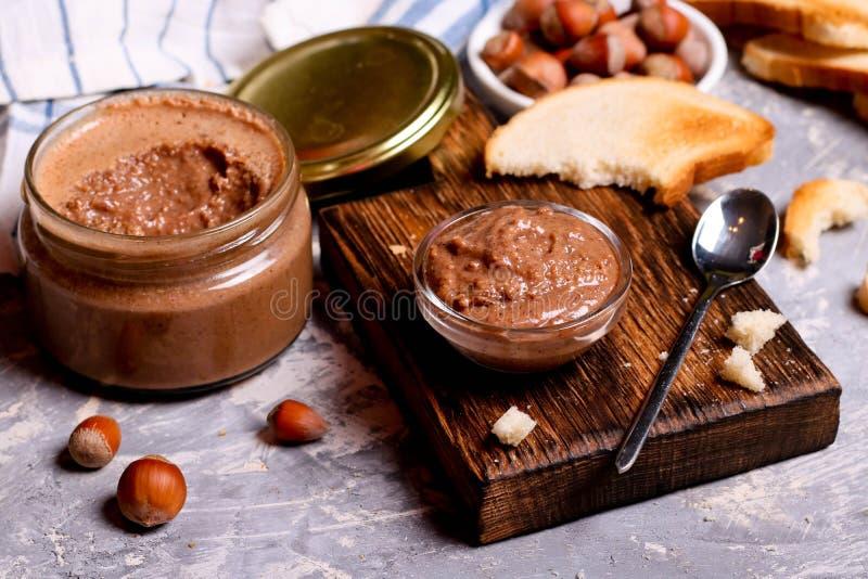 Затир шоколада распространил с фундуками и хлебом для завтрака стоковое фото rf