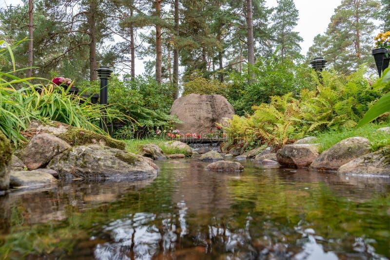 Затишье и красивый мемориал в кладбище в Mariestad Швеции стоковое фото