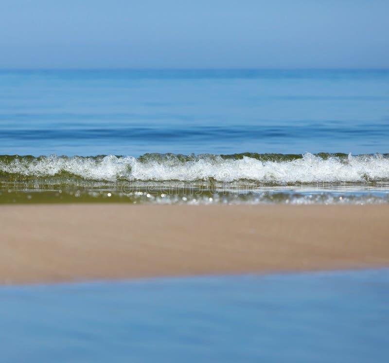 Затишье моря, небо и полоска песка стоковое фото
