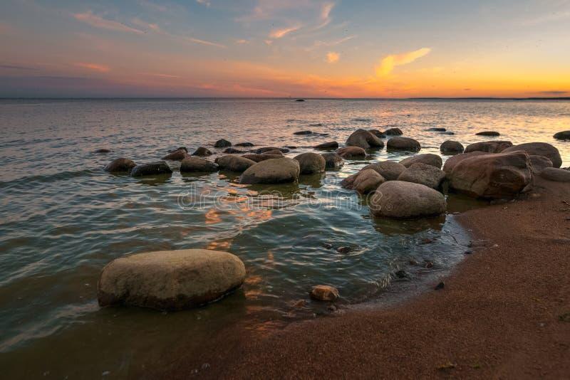 Затишье на Gulf of Finland на заходе солнца стоковое изображение rf