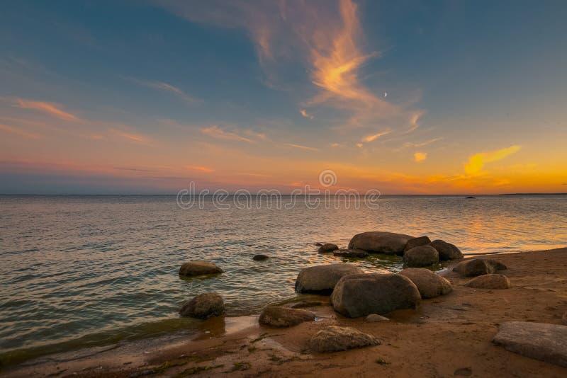 Затишье на Gulf of Finland на заходе солнца стоковые фото