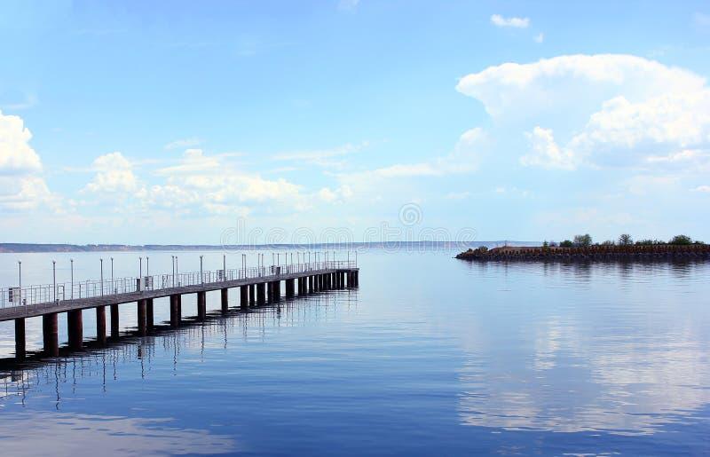 Затишье портового города речного порта пристани, отражение стоковые изображения