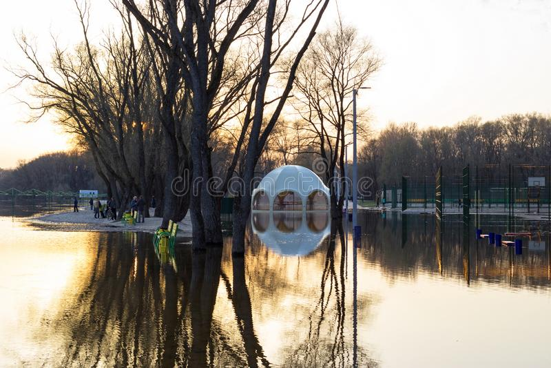 Затопленный пляж, парк и UFO в форме бар стоковые фото