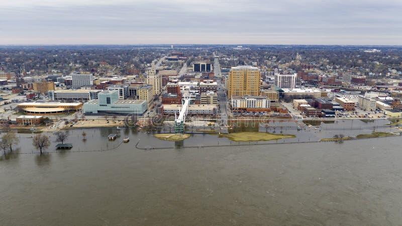 Затоплять на портовом районе Миссиссипи городском в Davenport Айове стоковые изображения rf