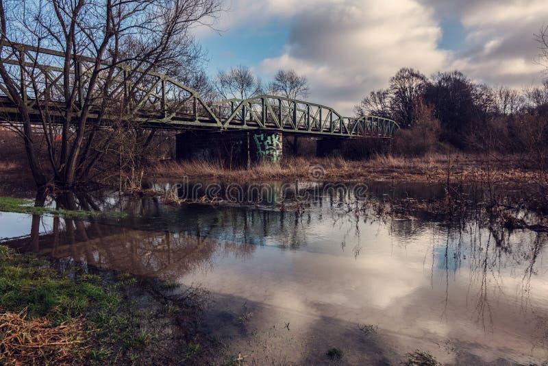 Затопленный старый железнодорожный мост стоковое изображение