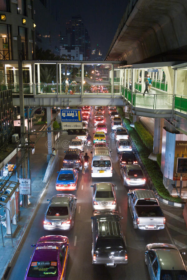 Затор движения в Бангкоке на ноче стоковая фотография