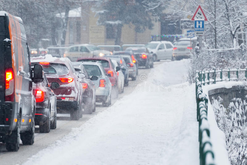 Затор движения в середине зимы Бедствие снега стоковые фотографии rf