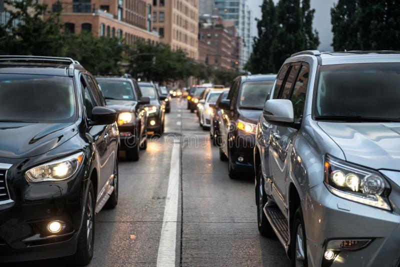 Затор движения после рабочих часов в Нью-Йорке Люди идя от работы и вставленные на дороге вечера стоковая фотография