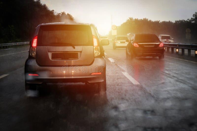 Затор движения шоссе во время тяжелого идя дождь дня стоковые фотографии rf