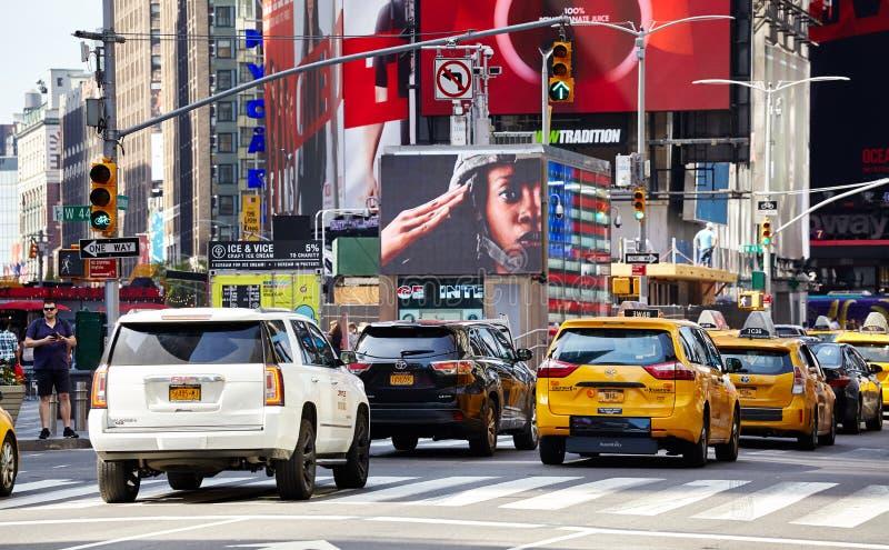 Затор движения на Бродвей, самой старой связывающей север с югом главной магистрали в Нью-Йорке стоковое фото