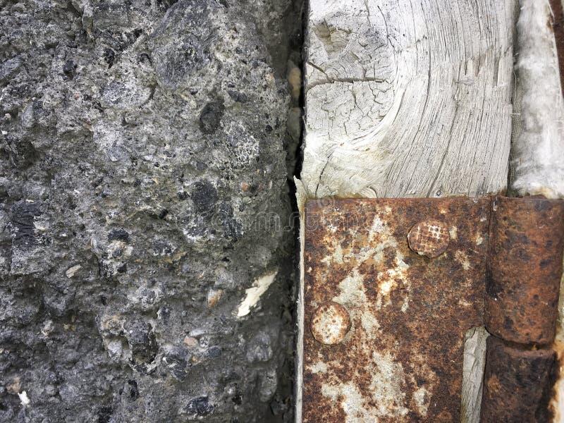 Затрапезная стена стиля деревни и ржавый шарнир двери стоковое изображение rf